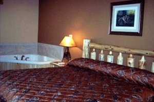 - Pine Peaks Lodge & Suites Crosslake