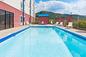 Pool - Mountain Inn & Suites Erwin