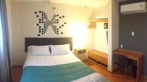 Single room (1 queen bed)