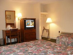 Room - Red Carpet Inn Emporia