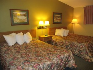 Room - Red Carpet Inn Windom