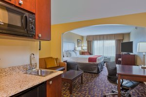 Suite - Holiday Inn Express Hotel & Suites Salina