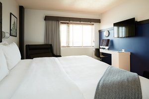 Room - Hotel Le Dauphin Montreal Longueuil