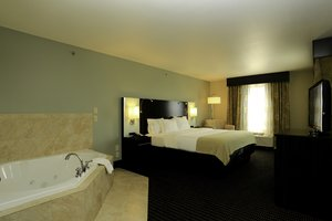 Suite - Holiday Inn Express Hotel & Suites Marion
