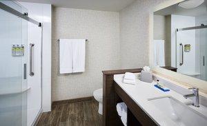 - Holiday Inn Express Hotel & Suites Niagara on the Lake