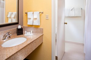 - Courtyard by Marriott Hotel Miami Airport Doral