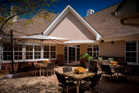 Outdoor Grill & Courtyard