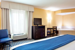 Suite - Holiday Inn Express Hotel & Suites Newark