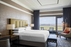 Suite - Renaissance Concourse Hotel Atlanta