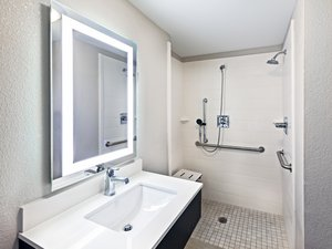 - Holiday Inn Express New Orleans East